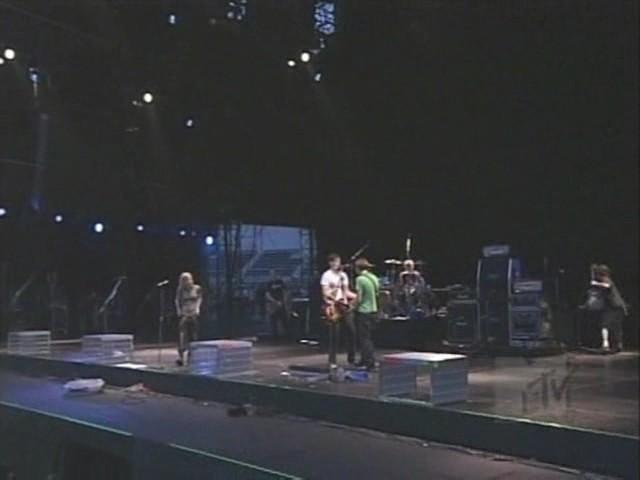 Avril Lavigne - Fall To Pieces (Live Video Clip)
